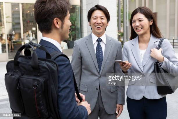 outdoor business men and women - exclusivamente japonés fotografías e imágenes de stock