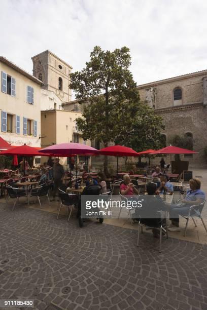 outdoor cafe in la ciotat - ラシオタ ストックフォトと画像