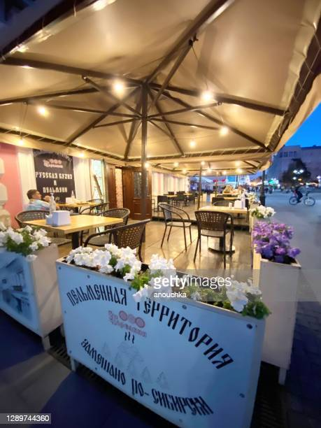 ロシア ニジニ・ノヴゴロド市内中心部の屋外カフェパティオ - ニジニ・ノヴゴロド ストックフォトと画像