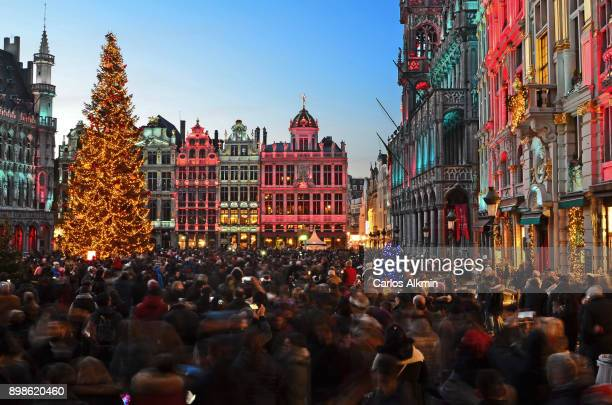 outdoor christmas at grand place - brussels - belgium - brussels capital region stock pictures, royalty-free photos & images