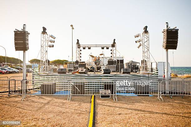 outdoor concert stage on a beach - concert photos et images de collection
