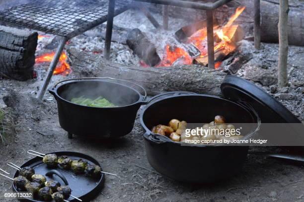 outdoor dining - ダッチオーブン ストックフォトと画像