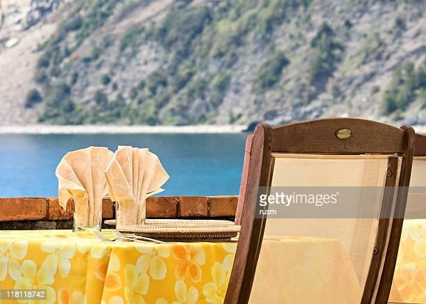 屋外でのディナーのセッティング、イタリア