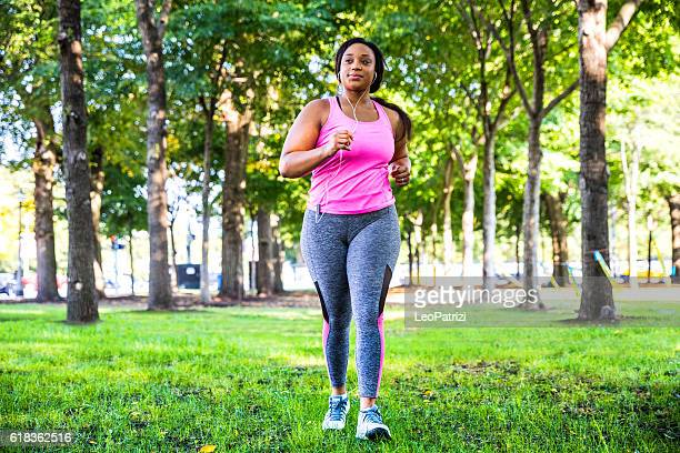 outdoor fitness activities in the city - chicago - usa - dikke vrouw stockfoto's en -beelden