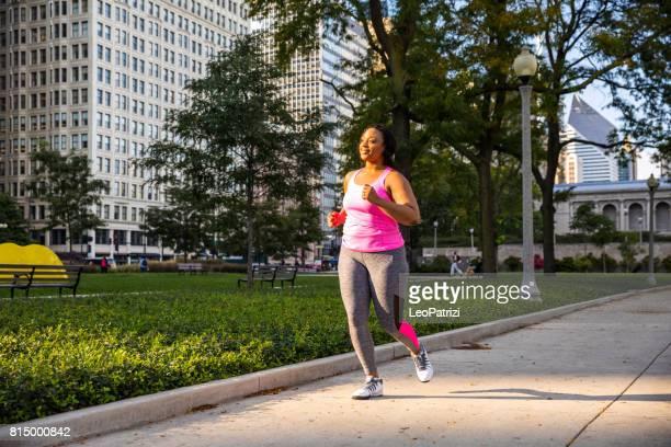 actividades al aire libre en la ciudad - chicago - usa - modelos gorditas fotografías e imágenes de stock