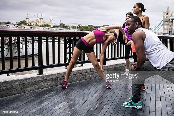Actividad física al aire libre o hacer ejercicios en el centro de la ciudad de London Tower Bridge