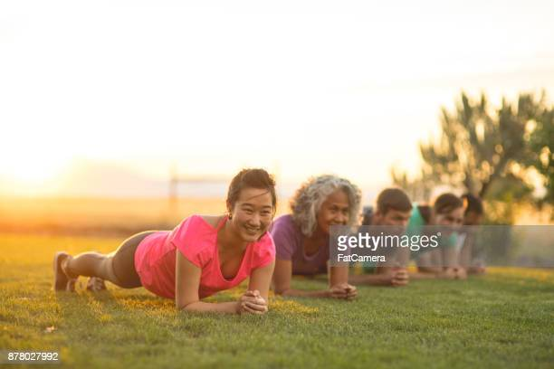 outdoor fitness class - plank exercise stock pictures, royalty-free photos & images