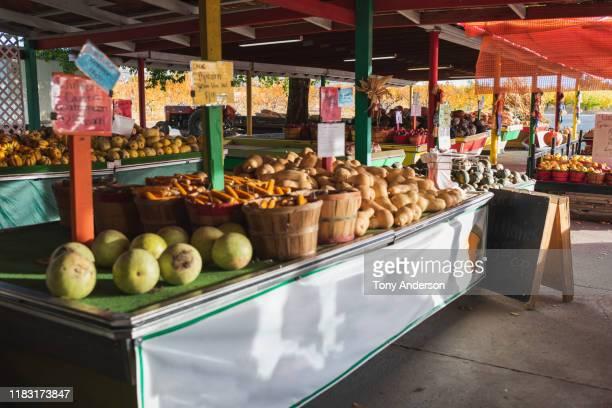 outdoor fruit & vegetable stand in autumn - mercato di prodotti agricoli foto e immagini stock