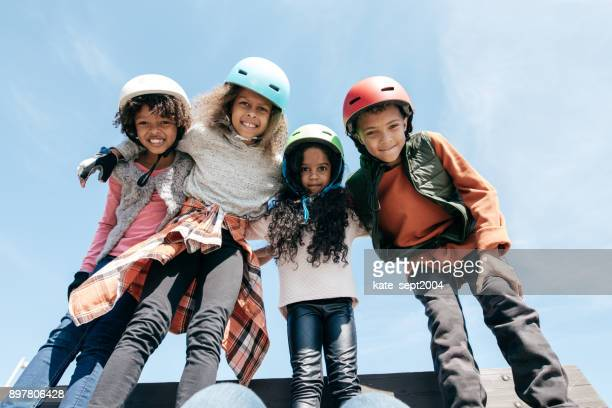 Buiten plezier en kinderen met helmen
