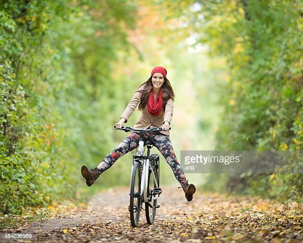 Diversión al aire libre, con una hermosa Mujer en bicicleta, colores otoñales