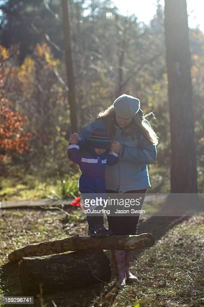 outdoor games in the woods with mum - s0ulsurfing fotografías e imágenes de stock