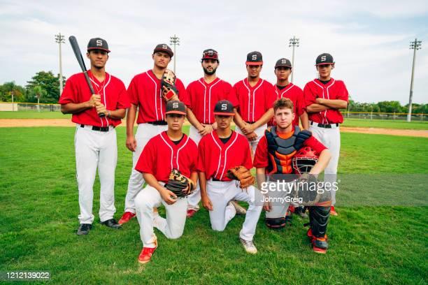 ヒスパニック系若手野球チームの野外団体の肖像 - 高校野球 ストックフォトと画像