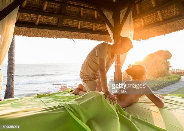 Trattamento di massaggio in un gazebo all'aperto durante il tramonto