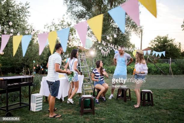 party unter freiem himmel - gartenparty stock-fotos und bilder