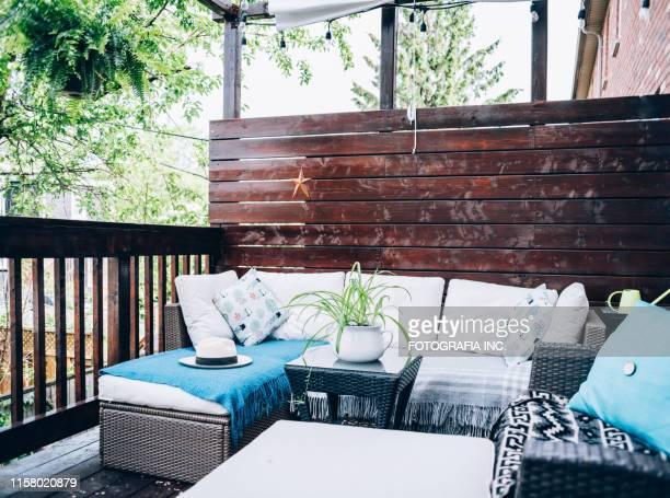 夏の屋外パティオデッキ - ウッドデッキ ストックフォトと画像