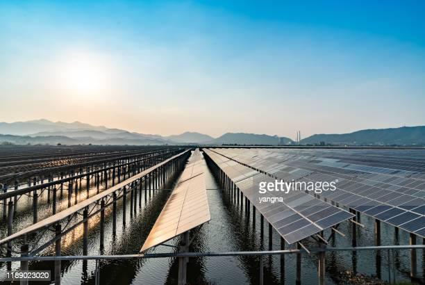 outdoor-photovoltaik-stromerzeugungsszene - solarkraftwerk stock-fotos und bilder