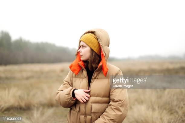 outdoor portrait of a young woman. - freizeitaktivität im freien stock-fotos und bilder