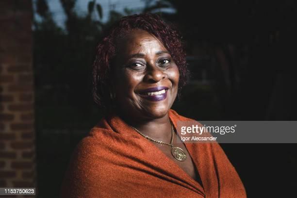 retrato al aire libre de la bonita mujer afroamericana - adulto de mediana edad fotografías e imágenes de stock