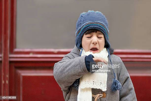 outdoor portrait of sneezing boy - espirrando - fotografias e filmes do acervo