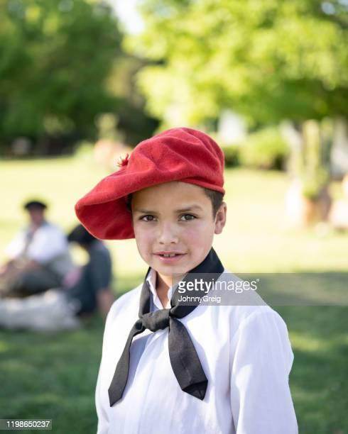 伝統的な衣服の若いガウチョの屋外肖像画 - ネッカチーフ ストックフォトと画像
