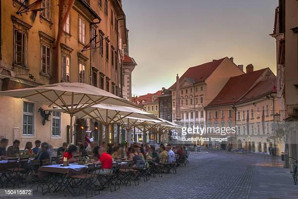 outdoor restaurant in old ljubljana - slowenien stock-fotos und bilder