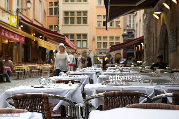 restaurant en plein air, des tables avec draps blancs à Lyon, France