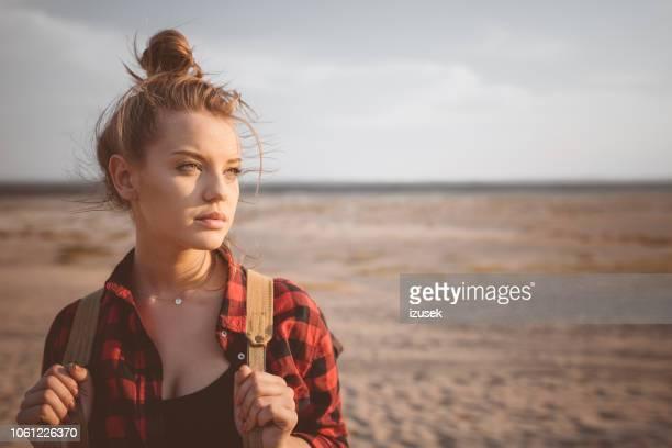 im freien schuss der einsame junge frau in der wüste - izusek stock-fotos und bilder