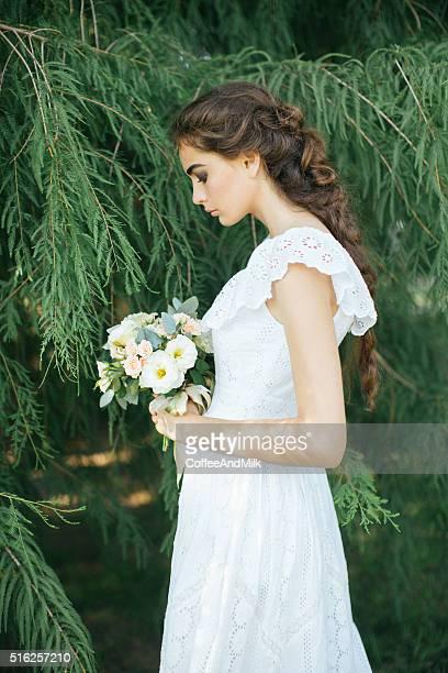 Im Freien Schuss eines jungen schönen Frau