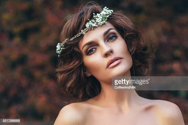 foto ao ar livre de jovem mulher bonita - coroa enfeite para cabeça - fotografias e filmes do acervo