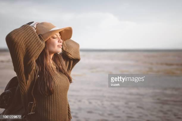 buiten schot van jonge vrouw rustend op de woestijn - izusek stockfoto's en -beelden