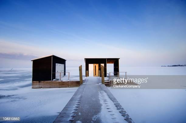 Außenpool-Bühne und Sauna umgeben von Eis In Skandinavien