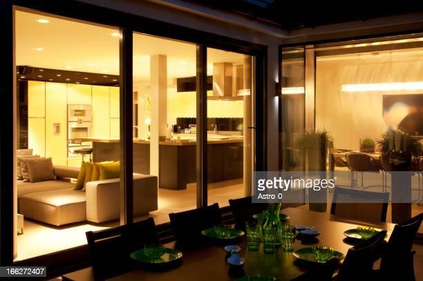 Tisch und Wohnzimmer der modernen home
