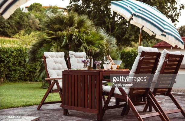 tisch im freien eingerichtet - furniture stock-fotos und bilder