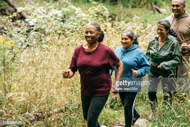 buiten wandelingen voor senioren - wandelen lichaamsbeweging stockfoto's en -beelden