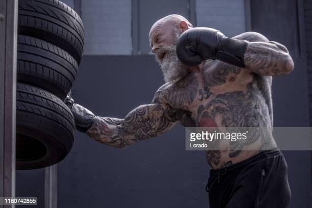 outdoor workout voor een senior fighter man - mixed martial arts stockfoto's en -beelden