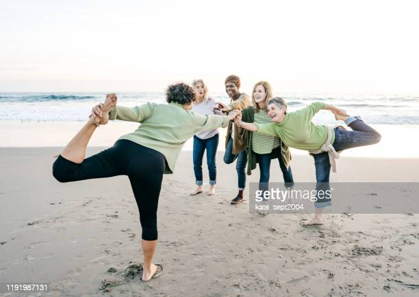 outdoor yoga class - kate green stock pictures, royalty-free photos & images