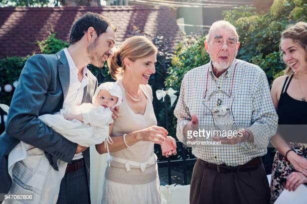im freien baby taufe mit familie und zelebrant. - taufpatin stock-fotos und bilder