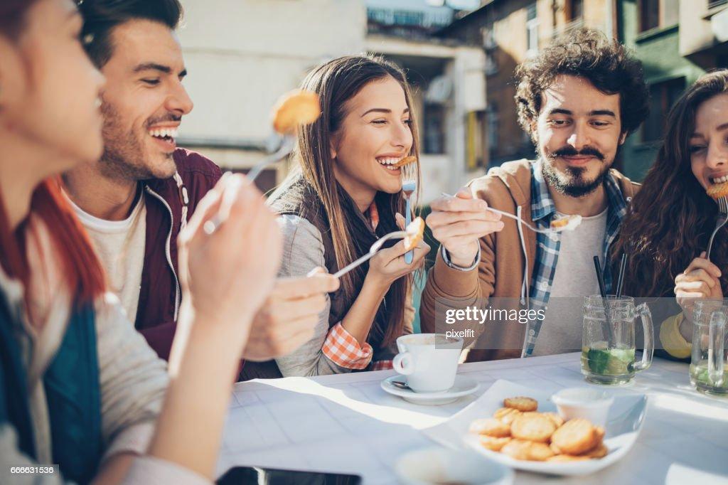 Outdoor-Brunch mit Freunden : Stock-Foto