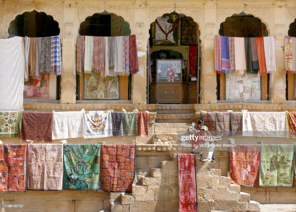 Outdoors display of typical rajasthani fabrics for selling in Jaisalmer, Rajasthan, India : Foto de stock