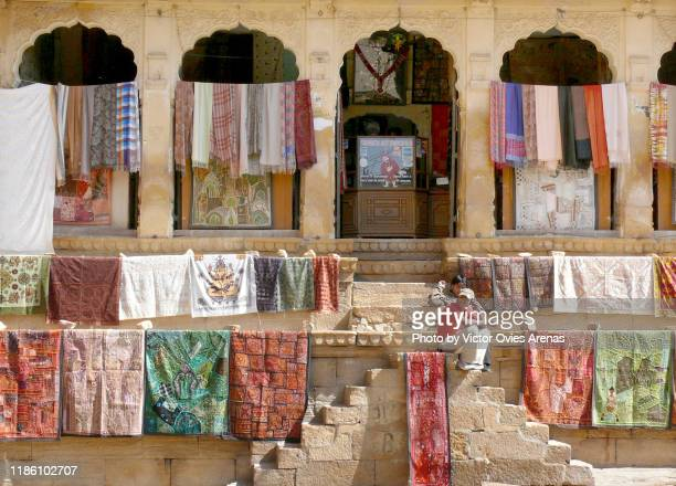 outdoors display of typical rajasthani fabrics for selling in jaisalmer, rajasthan, india - victor ovies fotografías e imágenes de stock