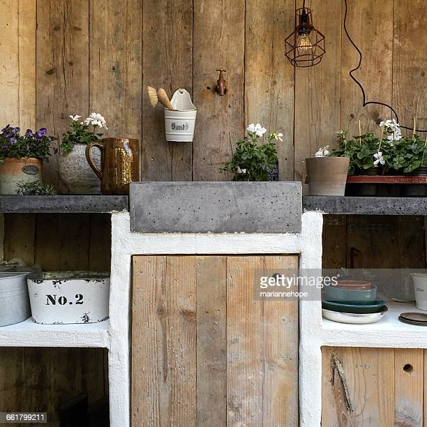 outdoors kitchen used for gardening and growing plants - grand groupe d'objets photos et images de collection