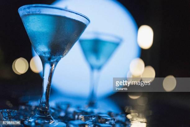 Tir de nuit à l'extérieur de deux martinis aux olives, comme tir à Nassau.