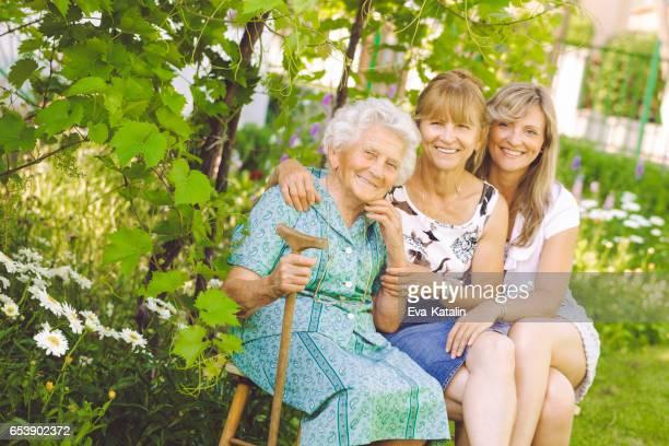 retrato ao ar livre de uma família feliz - hungria - fotografias e filmes do acervo