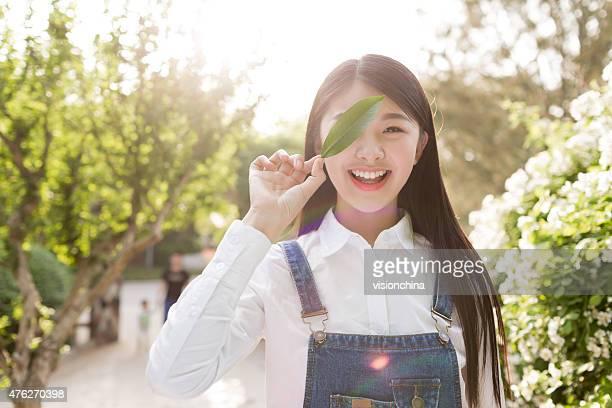 outdoor portrait schöne junge brunette mädchen. - aktmodell frau stock-fotos und bilder