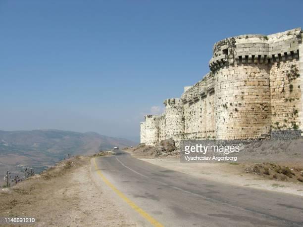 outer defensive walls of krak des chevaliers medieval fortress, syria - argenberg - fotografias e filmes do acervo