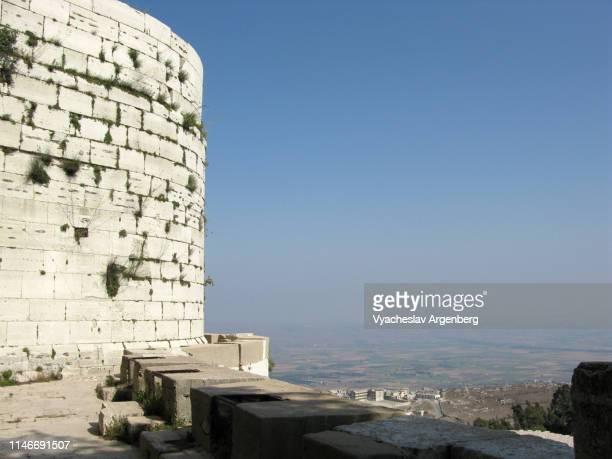 outer stone defense wall of krak des chevaliers medieval crusader castle, syria - argenberg - fotografias e filmes do acervo