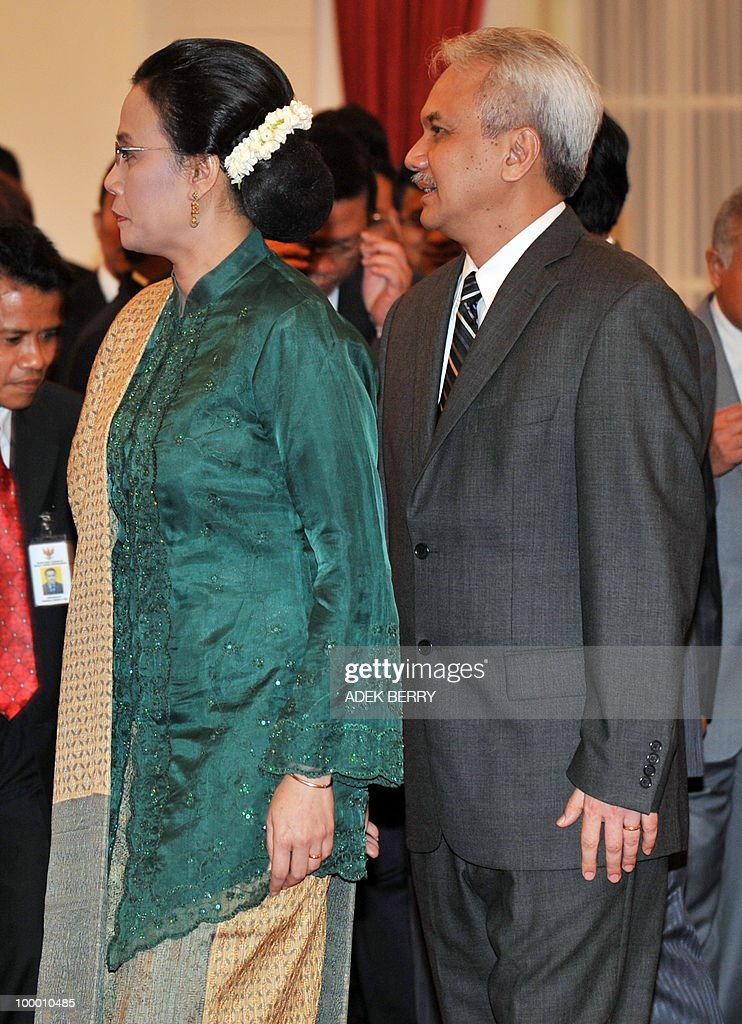 Outgoing finance minister Mulyani Indrawati (L) walks with her spouse after the swearing in ceremony at the presidential palace in Jakarta on May 20, 2010. Indonesia's new finance minister faces an uphill struggle to restore investor confidence after the shock resignation of his respected predecessor, analysts said on May 20. President Susilo Bambang Yudhoyono appointed PT Bank Mandiri chief Agus Martowardojo late on May 19, to replace independent economist Sri Mulyani Indrawati, who resigned on May 4 for a top job at the World Bank.