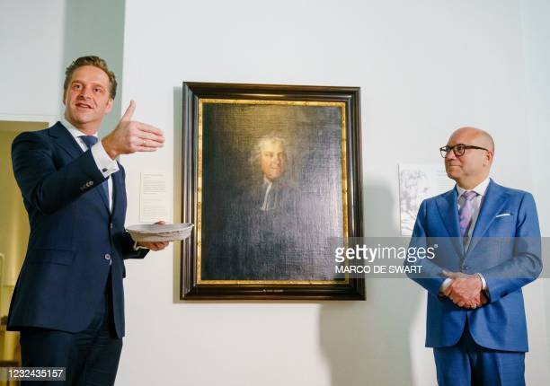 Outgoing minister Hugo de Jonge together with museum director Amito Haarhuis in Rijksmuseum Boerhaave in Leiden, after a patient received the first...