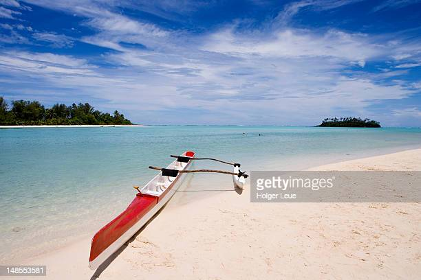 outrigger canoe on muri beach. - rarotonga foto e immagini stock