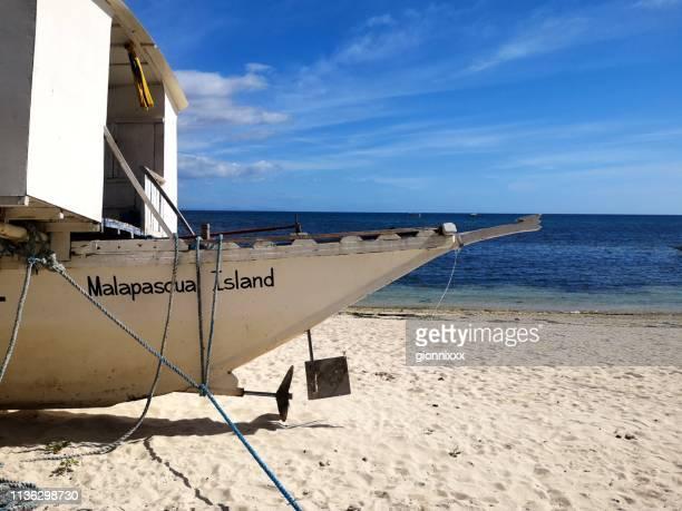 outrigger am strand von bounty, malapascua, philippinen - cebu stock-fotos und bilder